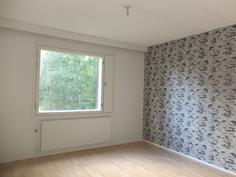 Isompi makuuhuone. Laminaait, tapetit ja maalipinnat on uusittu