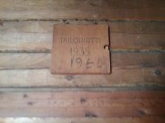 Torpan seinältä laatta, jota ilmenee rakentamis-ja kunnostamisvuosi