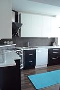 Keittiö on moderni ja tyylikäs.