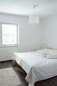 Makuuhuone on kaunis ja valoisa.