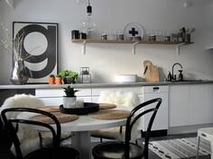 Valoisa ruokailutila keittiön yhteydessä