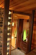 Näkymä saunasta kylpyhuoneeseen. Sauna uusittu 2008.