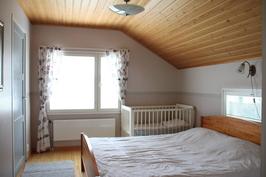 Yläkerran makuuhuone 12,5m2