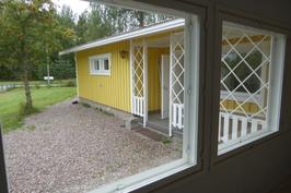Terassi olohuoneen ikkunasta