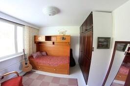 Alakerran pihanpuoleinen makuuhuone