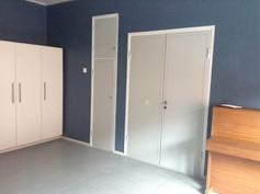 Makuuhuone, olohuoneen ovet kiinni
