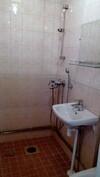 Kylpyhuoneessa laatoitus ja koneellinen poistoilmanvaihto.