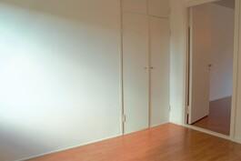 Makuuhuoneen seinään upotettu kaapisto