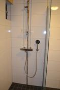 Suihku kylpyhuoneessa