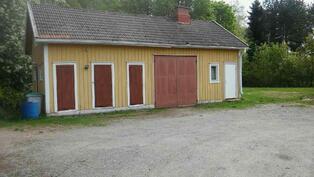Ulkorakennus jossa autotalli, sauna ja varastotilaa