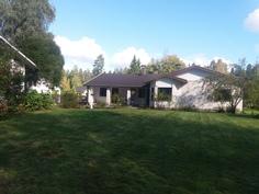 Talo sisäpihalta päin. Piharakennus näkyy kuvassa vasemmalla.