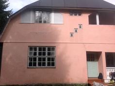 Seinärappauksessa on koristekuvioitA.