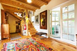 Eteinen, käynti keittiöön, yläkertaan ja verannalle