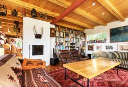 Tilavaan olohuoneeseen mahtuu kolme sohvaa ja nojatuolit