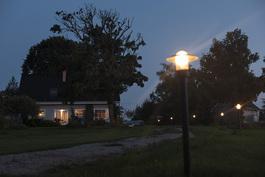 Talo ja tiellä oleva pihavalaistus