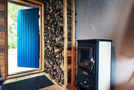 Saunan pukuhuoneessa on puulattia ja kamina