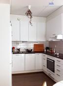 Tilava avokeittiö monenlaiseen kokkailuun, säilytystilaa riittämiin.