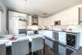 Tasokas moderni keittiö