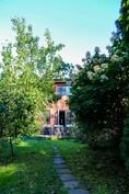 Puutarhasta löytyy mm. puna- ja mustaviinimarjoja, raparperia ja päärynäpuu(!)