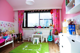 """Lasten makkari, jossa on maalatut seinät ja tapetti-""""boardi"""". Kiinteä ja turvallinen vaatekaappi."""
