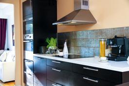 Keittiö on suunniteltu ammattitaidolla ja ravintolamaiseksi.