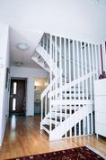 Valkoiseksi maalatut portaat valaisevat mukavasti asuntoa.