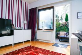 Olohuoneen yhdessä seinässä on sisustustapetti, joka on kuitenkin helposti irroitettava.