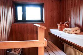 Ikkunallinen sauna on helppo tuulettaa löylyjen jälkeen.