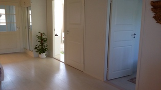Olohuoneen ja keittiön välistä tilaa. Kulku kahteen MH:een ja WC 2:een