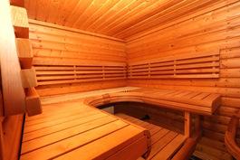 Sauna, josta ikkunanäkymä allashuoneeseen