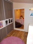 Lastenhuone 1 - Liukuovikaapisto teetetty v. 2014