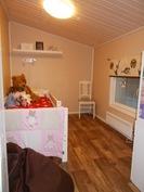 Lastenhuone 2 - Näkymä ovelta. Katossa luukku, josta kulku tarvittaessa yläpohjan päälle.