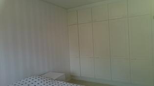 Makuuhuoneista löytyy seinällisen verran kaappitilaa