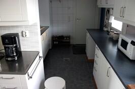 Kodinhoitohuone keittiön jatkeena, toinen sisäänkäynti