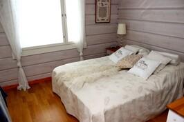 Alakerran makuuhuone, kaapit vastakkaisella seinällä