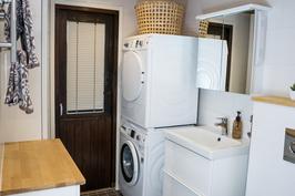 Pesuhuoneessa tila pesutornille ja käynti parvekkeelle