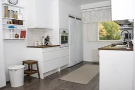 Keittiössä erilliset jääkaappi ja kaappipakastin