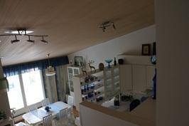 Näkymä yläerrasta ruokailutilaan ja keittiöön