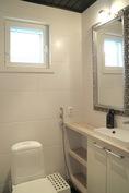 Kylpyhuoneen yhteydessä oleva WC.