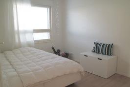 Makuuhuone 4 (pojan huone, vielä tällä hetkellä vierashuone käytössä).