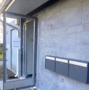 Yksityisyyttä kerrostalossa! Oma sisäänkäynti ja postilaatikko (yhdessä kahden muun kanssa).