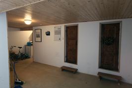 alakerta, pienten varastotilojen ovet