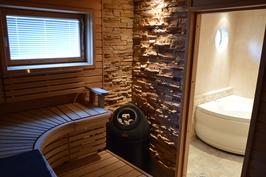 Iso sauna tervaleppä muotolauteilla