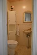 Kodinhoitohuoneen oma WC