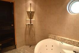 Ylellinen kylpyhuone porealtaalla