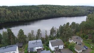 Ilmakuva talon päältä: Pitkäjärvi ja harju. Upeat ulkoilumaisemat