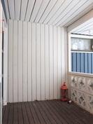 Terassilla on suojaisa paikka oleskella ja tuulettaa myös makuuvaatteet