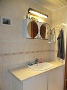 Kodinhoitohuoneen kaapistoja. Tilassa on myös wc.