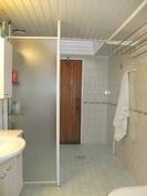 Pesuhuone on vaalea ja tilava. Kattoikkuna antaa luonnonvaloa tilaan.