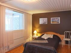 Makuuhuoneen 1 ikkunoista avautuu järvinäkymä